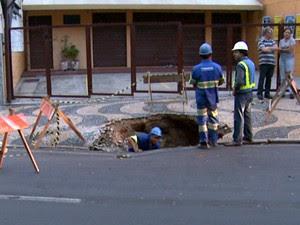 Vazamento em uma rede de água abriu buraco no Jardim Chapadão, em Campinas (Foto: Reprodução / EPTV)