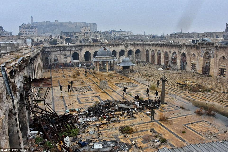 Vários dos muros que cercam o edifício, classificado pela UNESCO foram destruídas e combatentes foram inspeccionados olhar sobre as ruínas