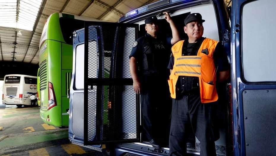 Operativo sorpresa en la terminal de Liniers contra el ingreso ilegal de extranjeros