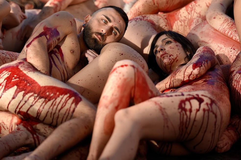 Ativistas nus se reuniram para protestar contra uso de casacos de pele (Foto:  Lluis Gene/AFP)
