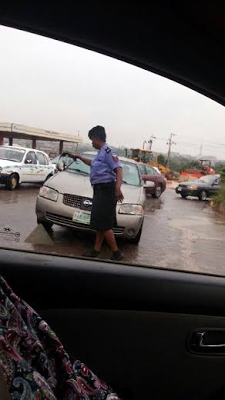 Policewoman Working Under The Rain In Ibadan (Photos)