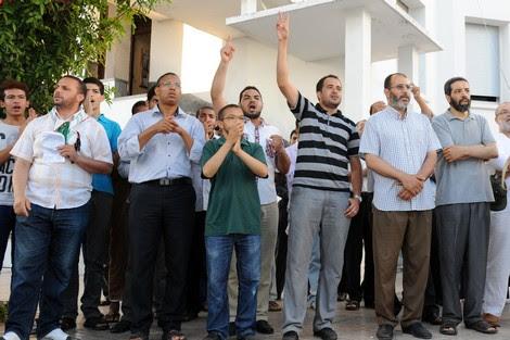مغاربة يحتجّون أمام مقر السّفير المصري بالرباط ويطالبون بطرده