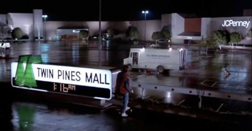 "Le Twin Pines Mall, ou le centre commercial ""aux deux pins"" (Crédit Image : Amblin Entertainment)"