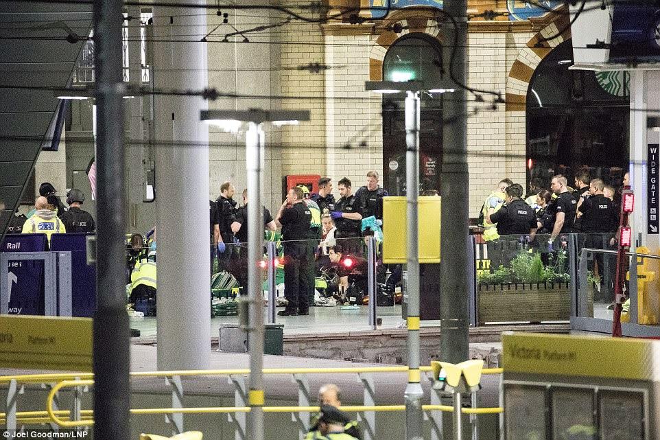 Uma foto de ontem à noite mostra serviços de emergência tendendo a pessoas feridas na plataforma da Estação Victoria