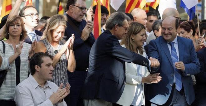 El expresident de la Generalitat Artur Mas (tercero por la derecha), saluda al dirigente Andoni Ortuzar (derecha), del PNV, en la ofrenda floral del PDECATal durante la Diada. EFE/Toni Albir