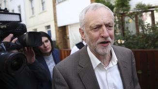 Corbyn, sortint aquest dimarts de casa seva per dirigir-se al Parlament (Reuters)