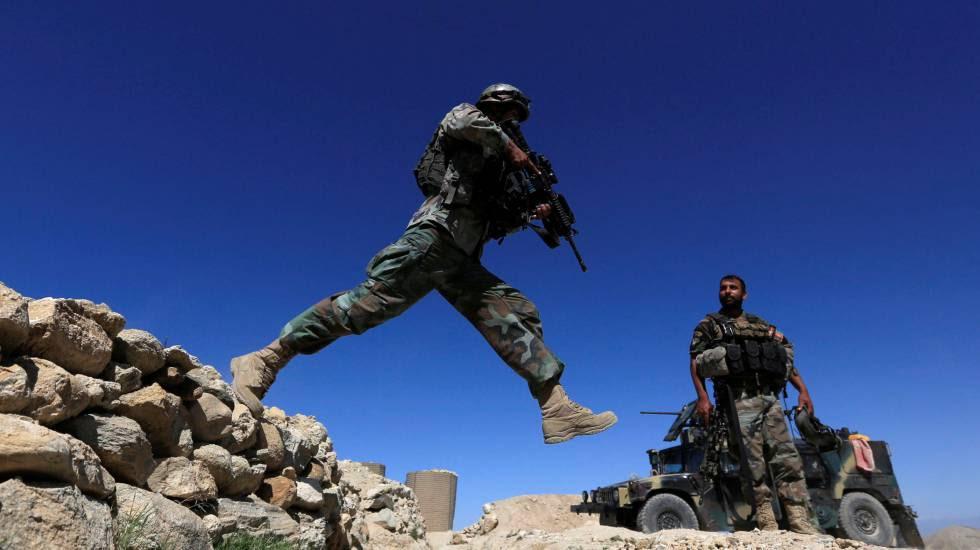 Las Fuerzas Especiales durante una patrulla en Pandola, cerca del área bombardeada por Estados Unidos.