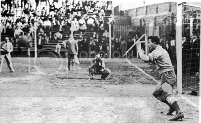 Tosta, arquero de Quilemes, frente a la ejecución de un penal