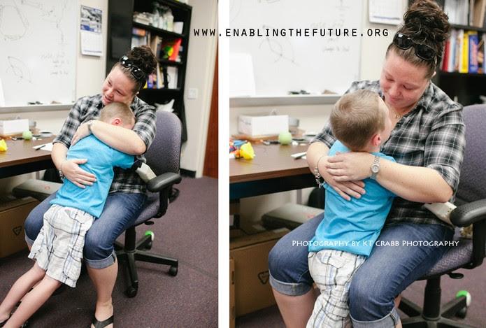 Alex Pring, agora com sua prótese, pode abraçar a mãe (Foto: Divulgação/E-nabling The Future)