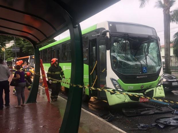 Motorista disse à polícia que óleo na pista teria causado acidente (Foto: Ticiana Schwartz/TV Vanguarda)