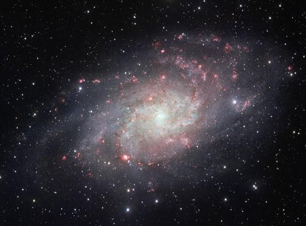 Imagem permite apreciar cúmulos de estrelhas e nebulas vermelhas de gás e pó (Foto: ESO/Divulgação/AFP)