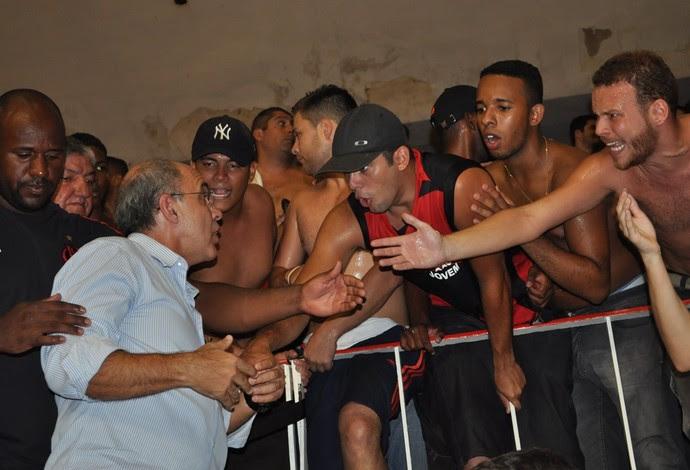 Eduardo Bandeira de Mello protesto torcida Flamengo NBB (Foto: Ian Sena/Blog Garrafão Rubro-Negro)