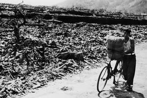 Un homme parcourt les ruines d'Hiroshima en cendres.