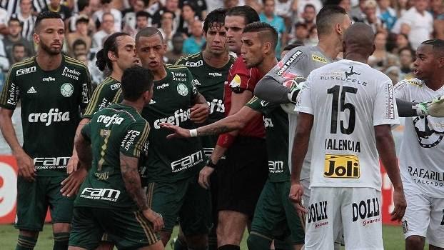 Dudu parte para cima de Guilherme Ceretta de Lima na final do Paulista, entre Santos e Palmeiras