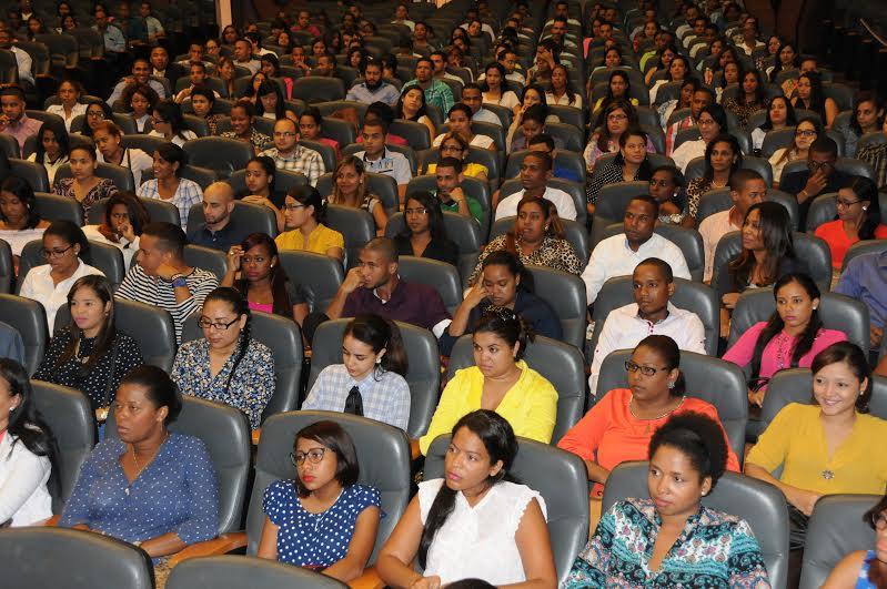 Servicio Nacional de Salud nombra 600 médicos recién graduados de la UASD