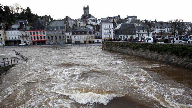 A Quimperlé, la plus touchée par les inondations ces derniers jours, la commune va connaître un nouveau pic de crue de la Laïta, un petit fleuve côtier.