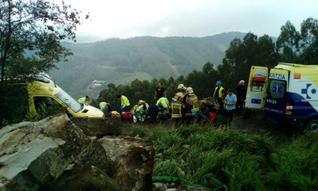 Tres ambulancias y efectivos de Ertzaintza y bomberos se desplazaban al lugar del accidente.