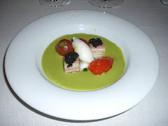 Sopa de tomate verde con anguila ahumada, huevas de trucha, tomate confitado, helado (Tragabuches)