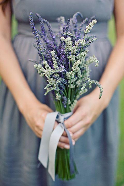 ein grauen Brautjungfer Kleid wird schön Aussehen mit einem Lavendel Strauß