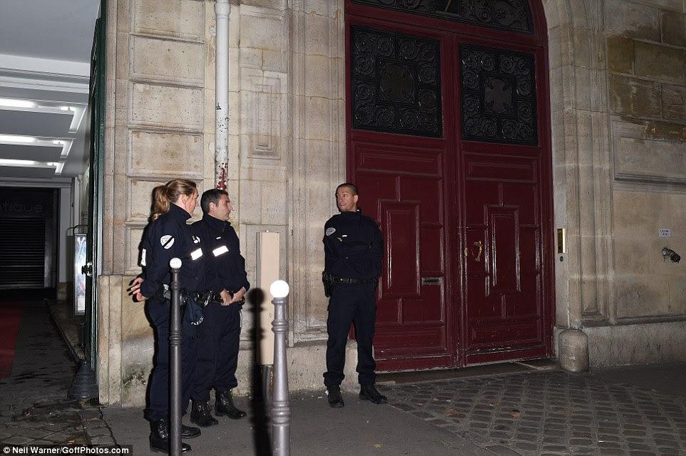 policiais franceses ficam de fora da cena do roubo em Paris na segunda-feira de manhã