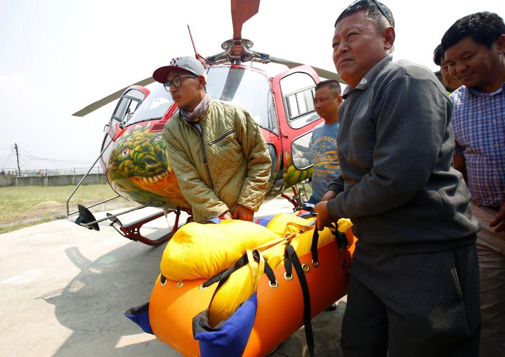 Corpo do nepalês Min Bahadur Sherchan, que morreu no início do mês ao tentar escalar o monte Everest, é levado para hospital no dia 7 de maio  (Foto: REUTERS/Navesh Chitrakar)