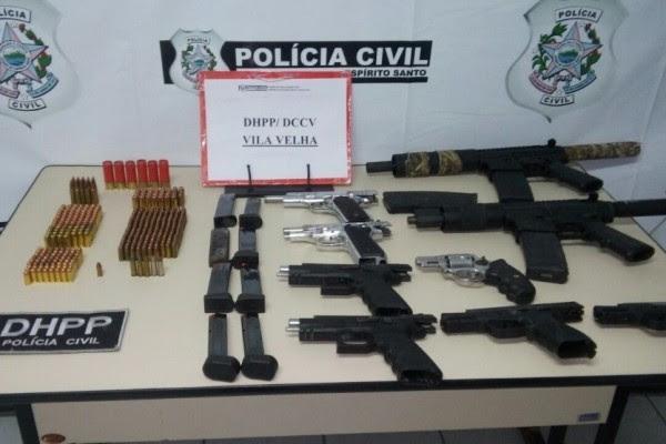 Armamento de grosso calibre foi apreendido em apartamento de alto padrão (Foto: Katilaine Chagas/ A Gazeta)
