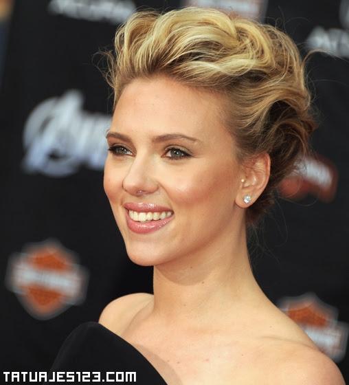 Scarlett Johansson Lleva Piercing Tragus Tatuajes 123