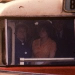 Doar doua persoane observa fotograful.