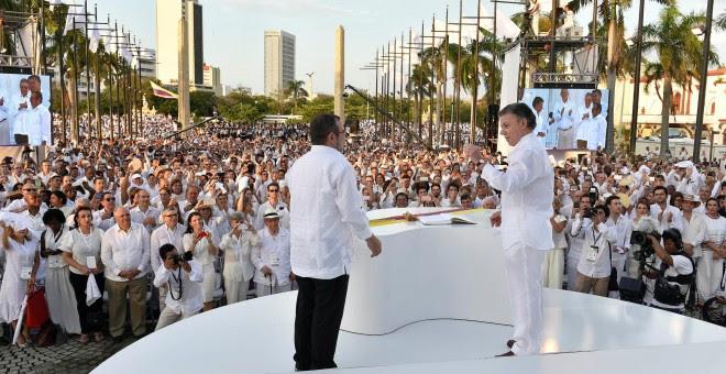 El presidente de Colombian, Juan Manuel Santos, y el líder de las FARC, Rodrigo Londoño Echeverri, 'Timochenko', tras la firma del acuerdo de paz en Cartagena de Indias. REUTERS
