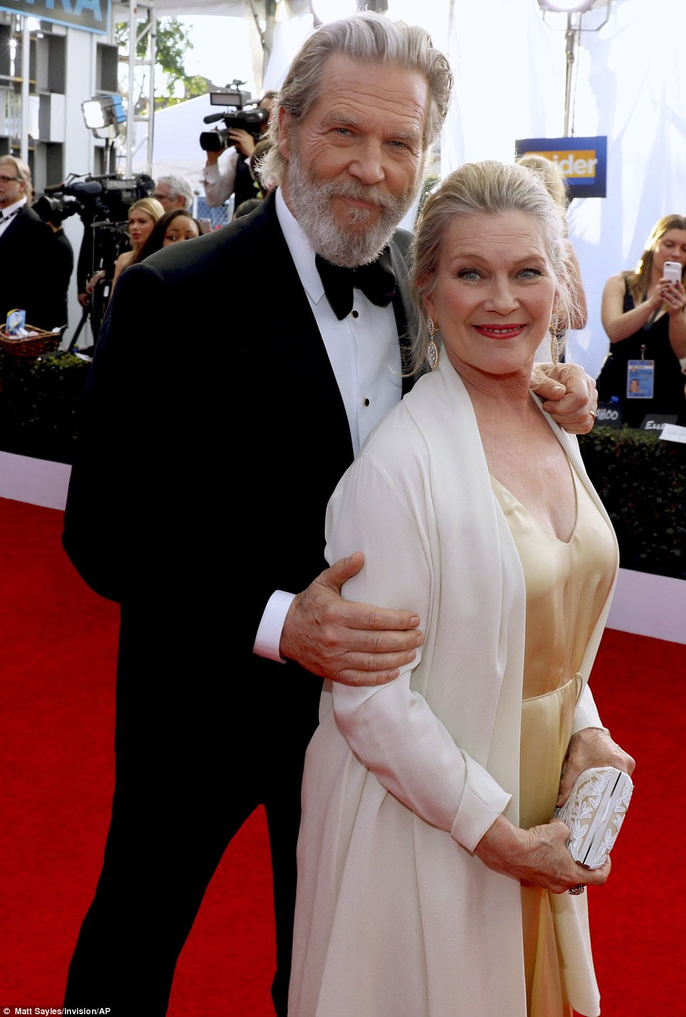 Longtime adora: Jeff Bridges e esposa Susan cuddled no tapete vermelho