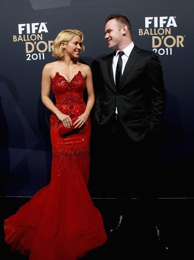Vem sempre aqui?  Shakira e Wayne Rooney não costumam pendurar em torno de nos mesmos círculos, mas eles eram só sorrisos no tapete vermelho da Fifa Ballon D'Or, na Suíça na segunda-feira