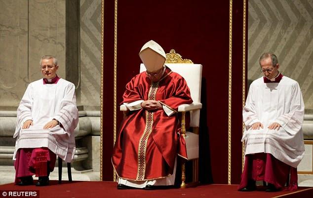 Papa Francisco conduziu a Sexta-Feira Santa Paixão da Missa na Basílica de São Pedro no Vaticano na sexta-feira