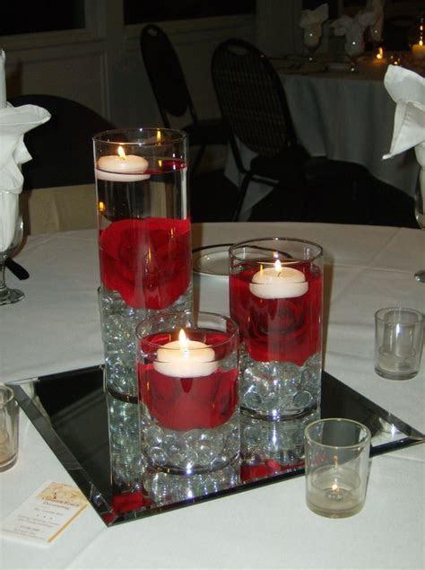 * Decoración en blanco y negro con toques de rojo