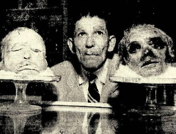 O antigo cangaceiro Labareda entre as cabeças de Corisco e Lampião