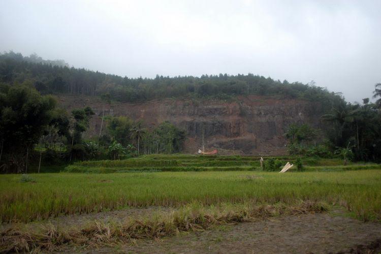 Longsoran di Gunung Sapu yang diduga memicu bencana pergerakan tanah di Kecamatan Curugkembar, Sukabumi, Jawa Barat, Kamis (19/8/2016).