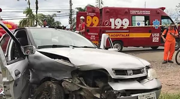 Motorista morre após colisão entre carros na Rodovia Jorge Lacerda, em Itajaí