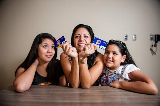 Alejandra Guerrero de Berios entre as filhas Gabriella (à esq.), 13, e Daniella, 9, que têm níveis elevados de colesterol