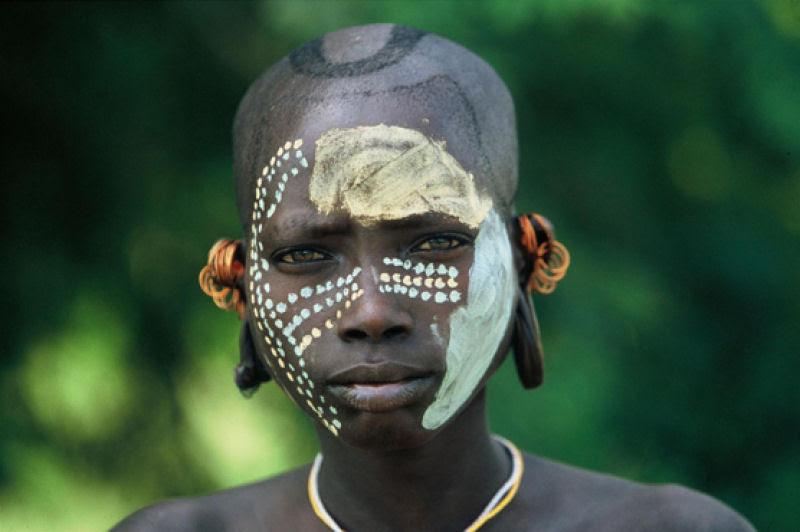 A beleza das Tribos Surma e Mursi, uma cultura em perigo, no sul de Etiópia 28