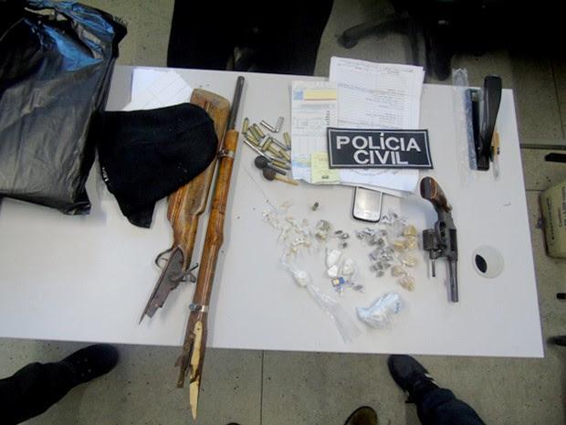 Armas e drogas foram apreendidas nos locais em que os suspeitos foram presos (Foto: Divulgação/ Polícia Civil)