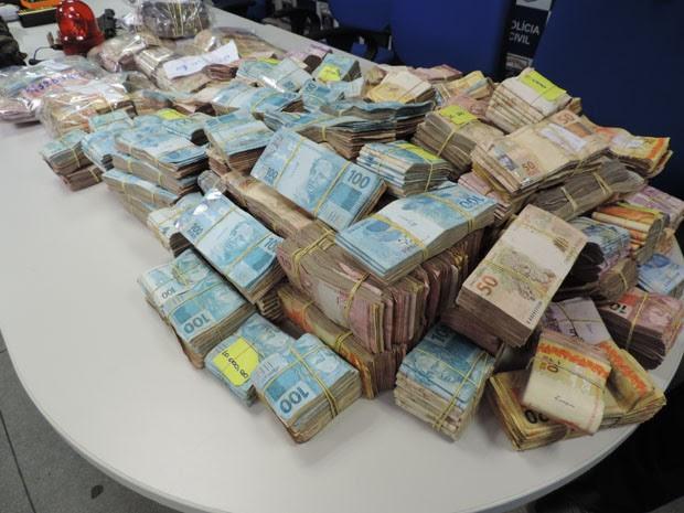 Dinheiro ainda será contado por máquinas para confirmar valor total (Foto: Katherine Coutinho/G1)