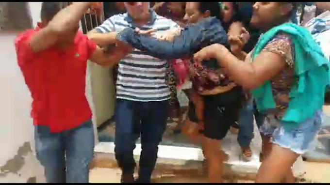 """""""SE PEGA"""" - Mulheres tentam linchar acusado de estupro"""