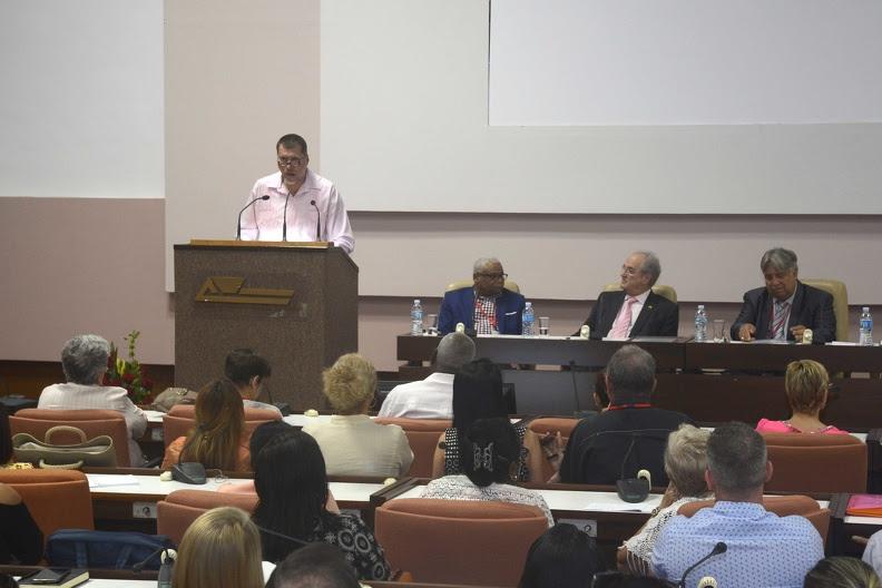 Oscar Hung Pentón (en el podio), presidente de la Asociación Nacional de Economistas y Contadores de Cuba (ANEC), durante su intervención en la clausura del XIII Encuentro Internacional de Contabilidad, Auditoria y Finanzas, y el IV Encuentro Internacional de Gestión y Dirección Empresarial, en el Palacio de Convenciones, en La Habana, Cuba, el 30 de noviembre de 2019.