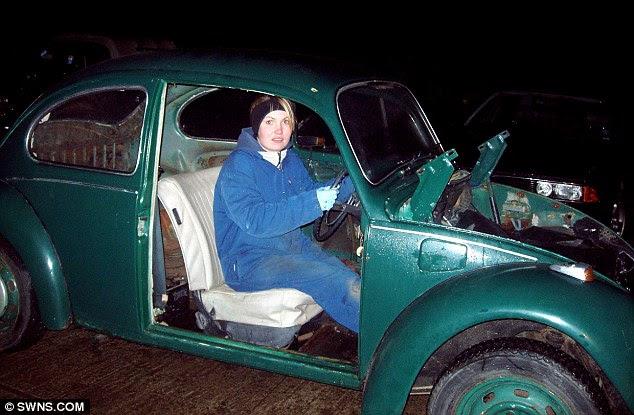 Χειροκρότησαν από: Megan απεικονίζεται στο εσωτερικό του £ 200 VW Beetle που φάνηκε να είναι πέρα από την επισκευή τους λείπουν οι πόρτες, καπό, τα παράθυρα και τη διαλύουν εσωτερικούς χώρους