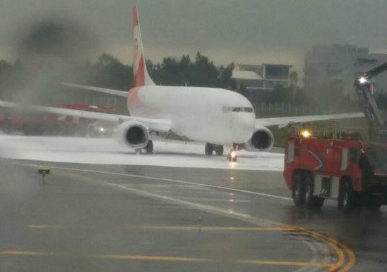 Hình ảnh Trung Quốc: Lính cứu hỏa phun đầy bọt lên nhầm máy bay số 3