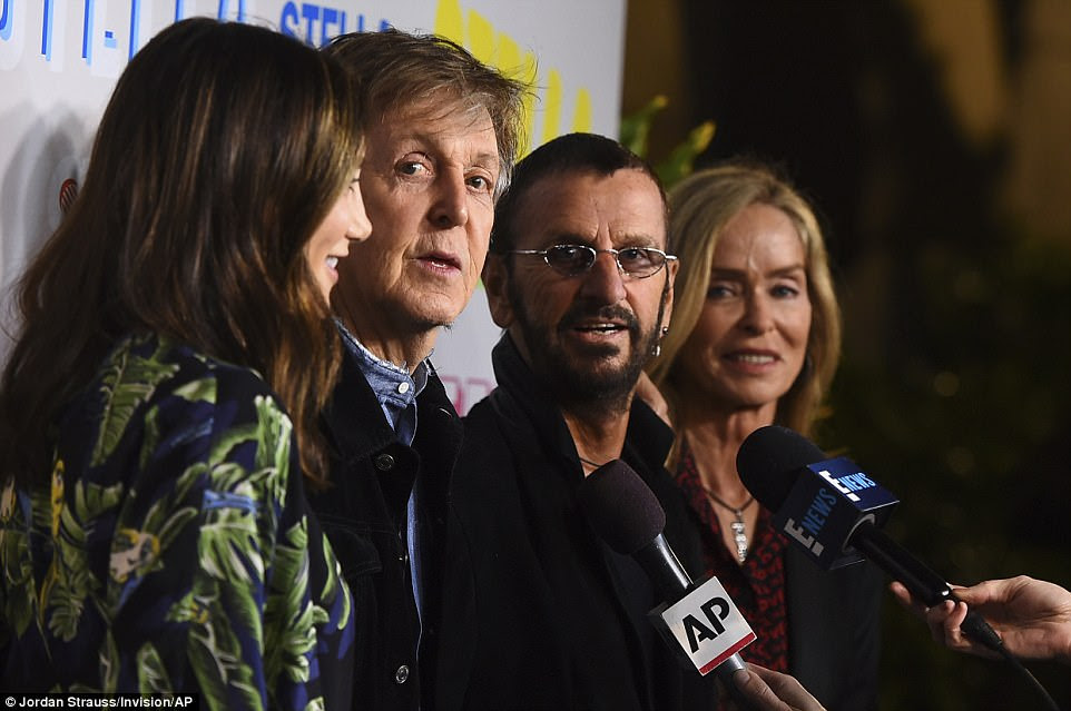 Venha junto!  O pai de Stella, Paul McCartney (à esquerda), teve uma pequena reunião dos Beatles com o ex-colega Ringo Starr no tapete vermelho