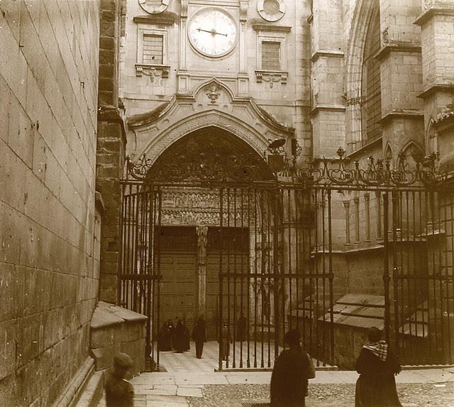 Puerta del Reloj de la Catedral de Toledo en 1913. Fotografía de Luis Calandre Ibáñez