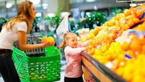 Mãe e filha escolhendo frutas no supermercado (Foto: Shutterstock)