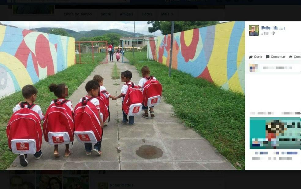 Prefeitura de Jequié, na região sudoeste, entregou utensílios que tem quase o mesmo tamanho de alunos da creche municipal (Foto: Reprodução/Facebook)