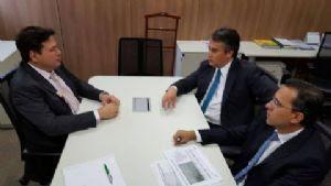 Prefeito Roberto Farias em reunião com técnicos da ANAC. (Crédito: Secom-BG)