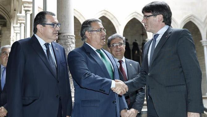 Encaixada de Zoido i Puigdemont al Palau de la Generalitat, abans de la reunió (EFE)